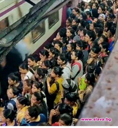 Метрото в Мумбай, Индия, е известно с бутащите се женски