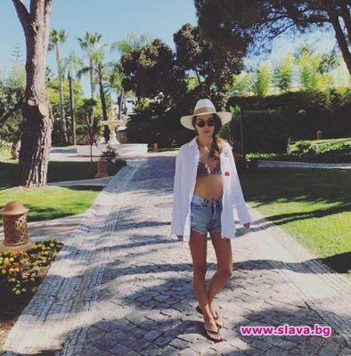 Никол Станкулова плажува облечена. Синоптичката има секси тяло, с което