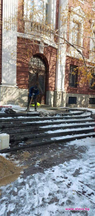 Каменните плочи пред Народния театър Иван Вазов незнайно защо се
