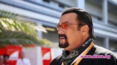 Холивудският актьор и продуцент Стивън Сегал подари самурайски меч на