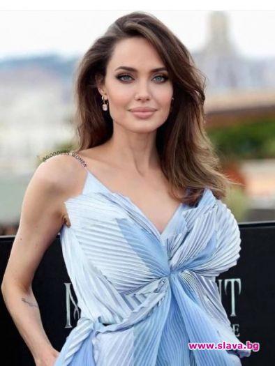 Напоследък холивудската звезда Анджелина Джоли е в центъра на медийното