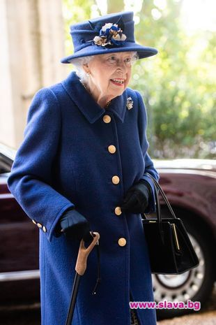 Кралица Елизабет II за първи път използва бастун по време